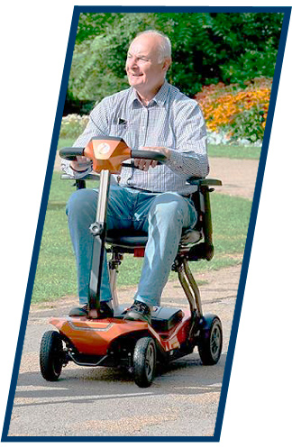 probar-ortopedia-en-casa-anciano-en-silla-electrica-de-4-ruedas